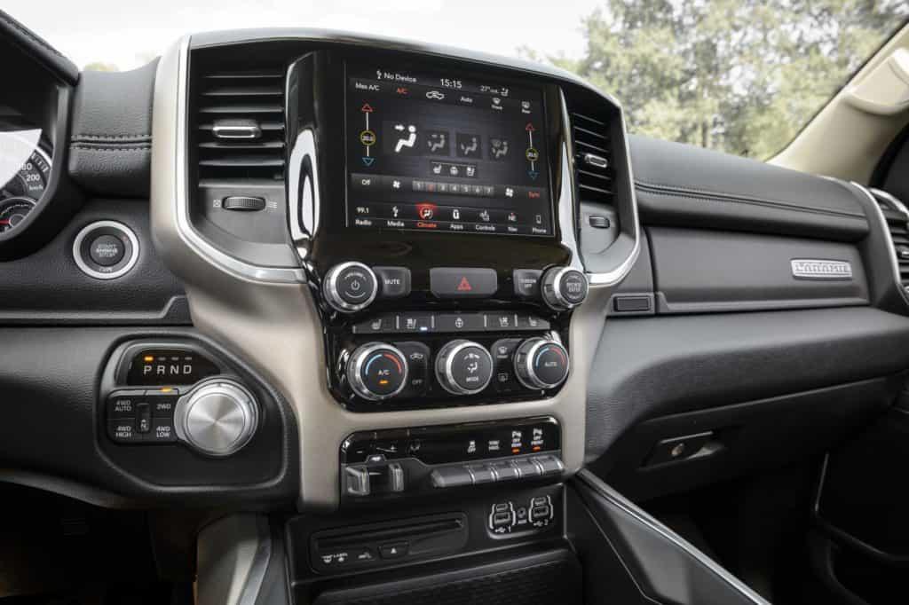 Peicher_US-Cars_2019_RAM_1500_Laramie_57_Crew_Short_Silver_38-1800x1198