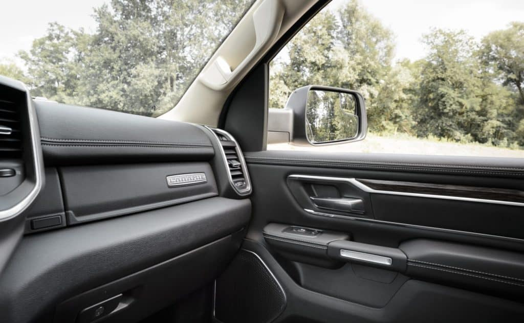 Peicher_US-Cars_2019_RAM_1500_Laramie_57_Crew_Short_Silver_39-1800x1111