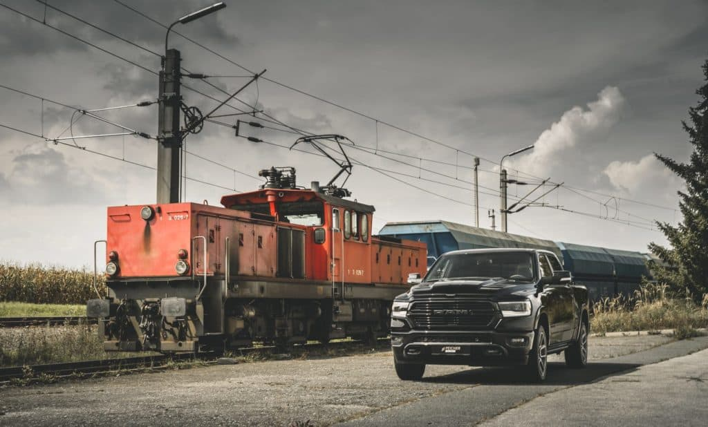 Peicher_US-Cars_2019_RAM_1500_Laramie_Black_57_Crew_Short_Diamondblack_3-1800x1087